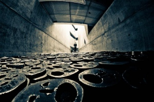 Menashe Kadishman, Installation Shalekhet (Fallen Leaves), 1997-2001